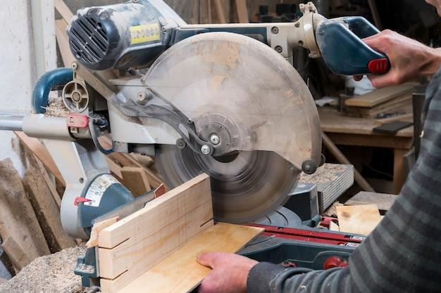 Распиловка деревянных деталей циркулярной пилой