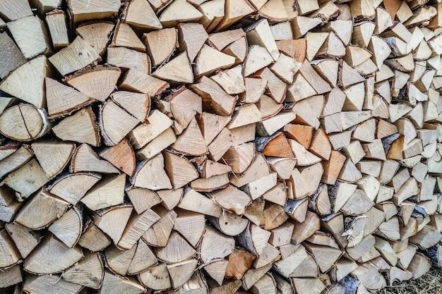 農場に積まれた製材木材をカット。薪。ウッドスタック。