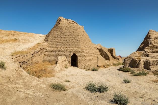 サウランまたはサウラン。カザフスタン南部のトルキスタン市近くの古代都市の遺跡。街の正面玄関。