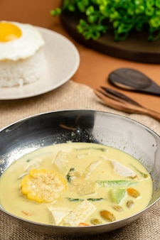 사유르 로데(sayur lodeh)는 코코넛 밀크에 야채를 넣어 만든 인도네시아 야채 수프입니다.