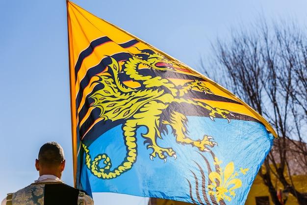 観光旅行のフェスティバルの間に、旗を振るうsbandieratoriの伝統的なイタリアのダンスは、空気中にカラフルな旗を投げるスタントをしています。