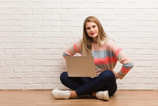 非常に怒っている誰かをscる座っている若いロシア学生女性