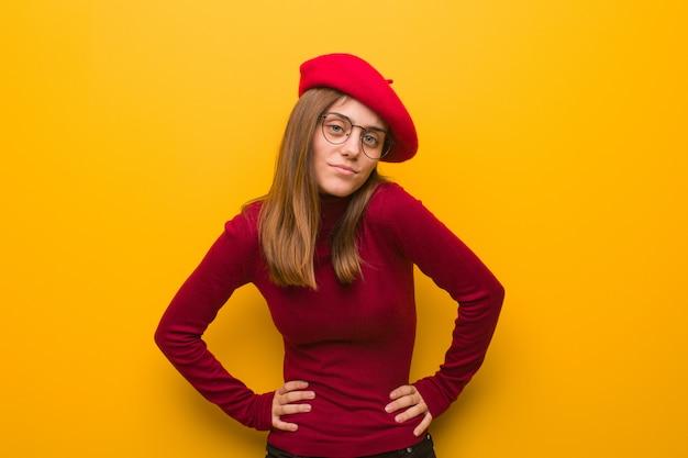 非常に怒っている誰かをscる若いフランス人アーティストの女性