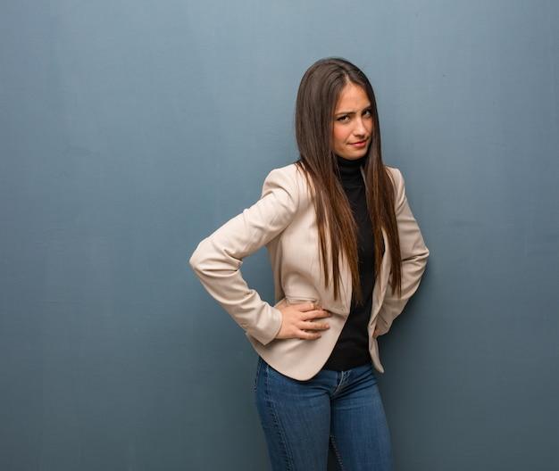 非常に怒っている誰かをscる若いビジネス女性