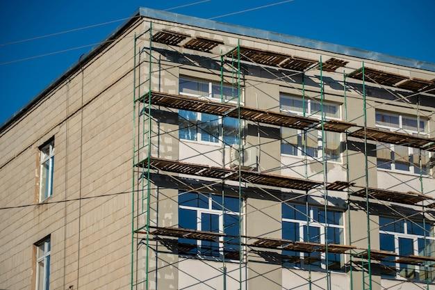 야외 벽 장식 복원 중 건물 근처의 비계