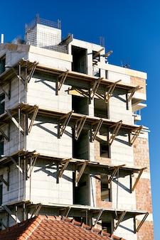 건설중인 아파트 건물의 외관에 비계 프리미엄 사진