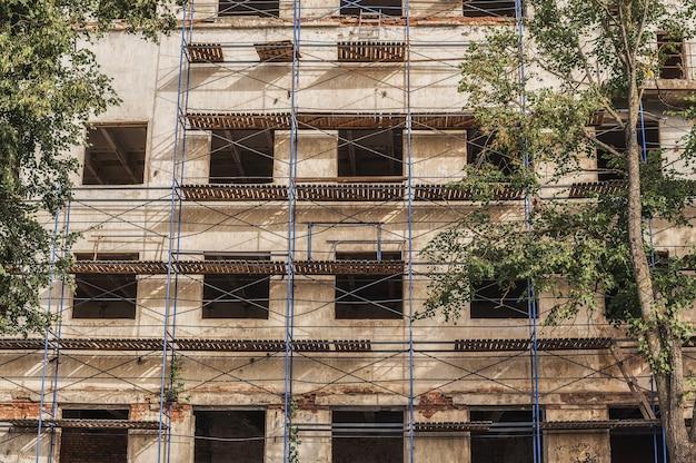 建物のファサードの足場