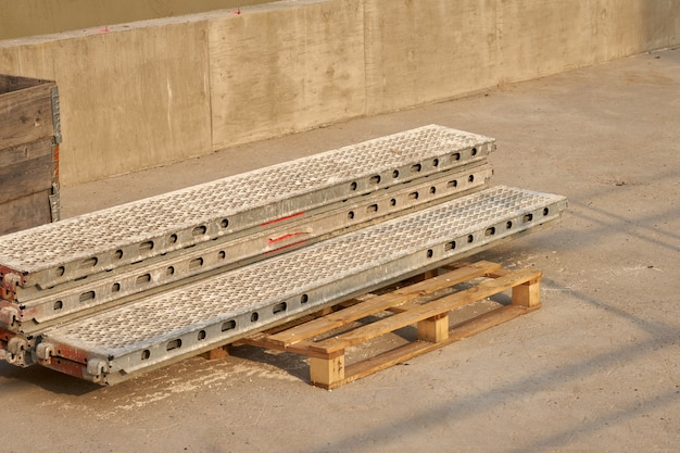 建設現場で木製パレットに足場を積み上げました。
