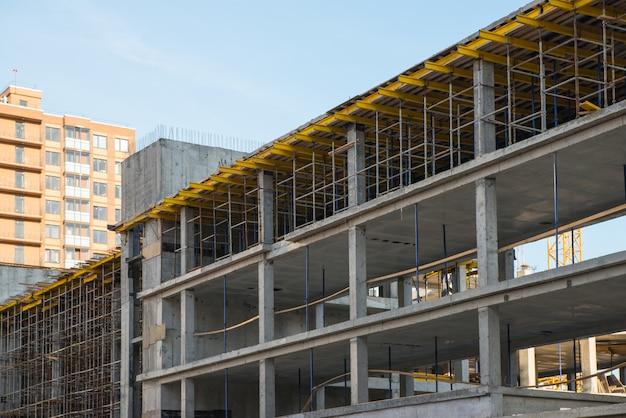 建設の新しい建物の足場システム。開発と不動産のコンセプト