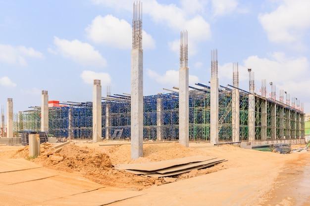 プラットホームをサポートするための一時的な構造として使用される足場は、仕事と構造を形成する