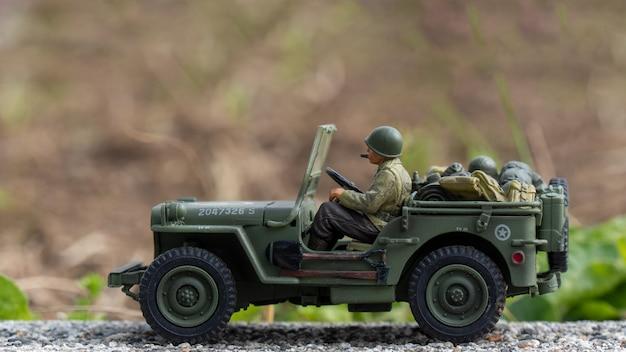 Масштабная модель игрушечного военного джипа на открытом воздухе