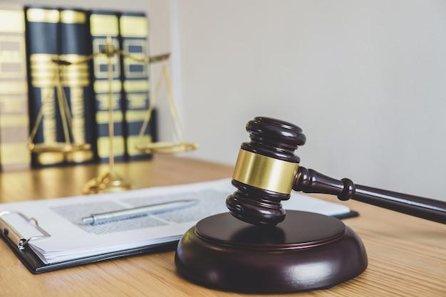 Шкалы правосудия и гавел на зондирующем блоке