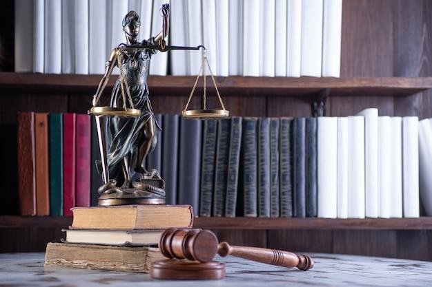 정의의 저울, 레이디 법무부, 법률 도서관 개념, 백그라운드에서 법률 책.