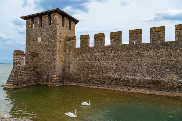 スカリジャー城はガルダ湖のイタリアのシルミオーネ市の歴史的建造物