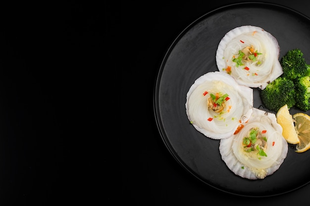 Capesante in guscio ventagli di aglio al vapore Foto Gratuite