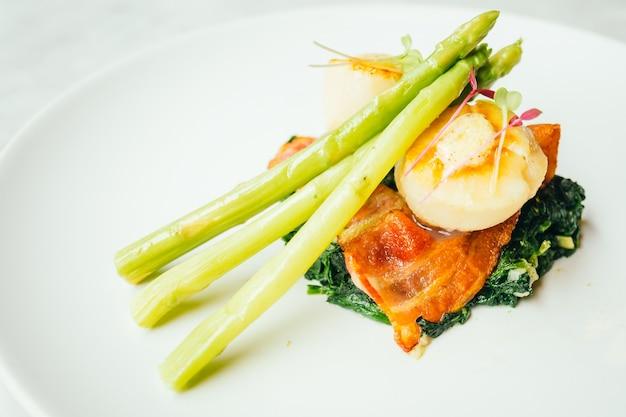 베이컨과 아스파라거스와 가리비 껍질