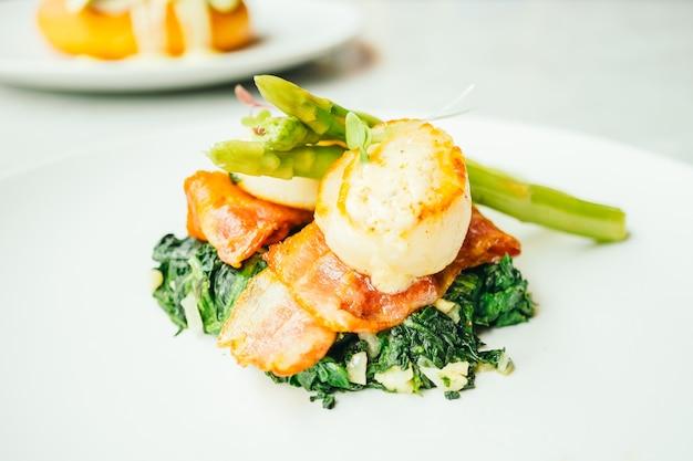 Capesante con guscio di pancetta e asparagi