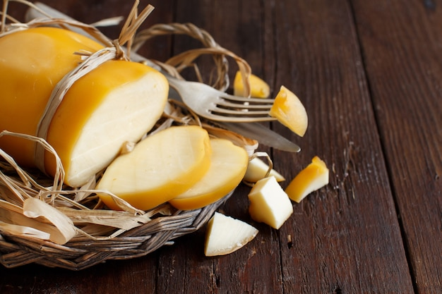 Scamorza, 나무 테이블에 전형적인 이탈리아 훈제 치즈