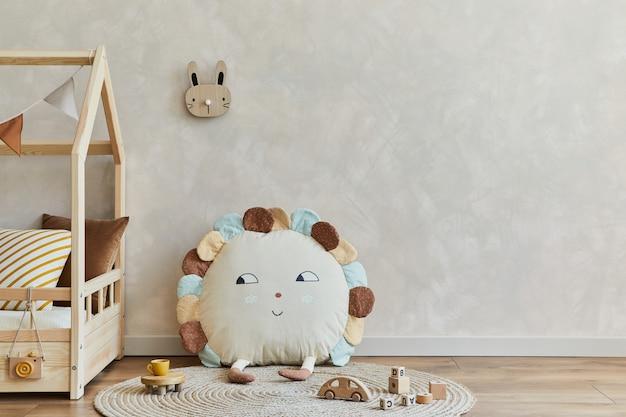 ベッドのおもちゃとテキスタイルの装飾が施されたスカンジナビアの子供部屋のインテリアコピースペーステンプレート