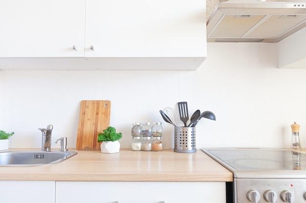 흰색과 나무로 된 디테일이있는 스칸디나비아 클래식 미니멀리즘 주방
