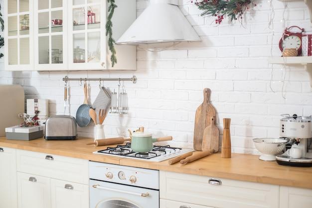 식사 공간과 단순한 악센트가있는 스칸디나비아 현대식 주방. 3d 렌더링