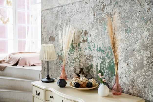 콘크리트 벽에 스칸디나비아 장식입니다. 말린 된 꽃과 현대적인 인테리어에 식물입니다. greenery.home 인테리어와 에코 스타일의 인테리어 장식. 생활의 스칸디나비아 아늑한 가벼운 인테리어
