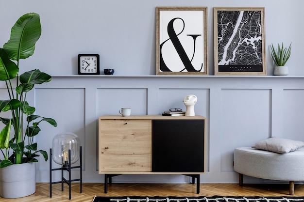 2つのフレーム、木製の箪笥、デザインの黒いランプ、植物、装飾、カーペット、スタイリッシュな家の装飾のエレガントなアクセサリーを備えたリビングルームのスカンジナビアの家のインテリア。