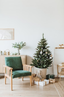 おもちゃ、ギフト、モミの木でクリスマス新年スタイルで装飾されたスカンジナビアのインテリアデザインのアパート