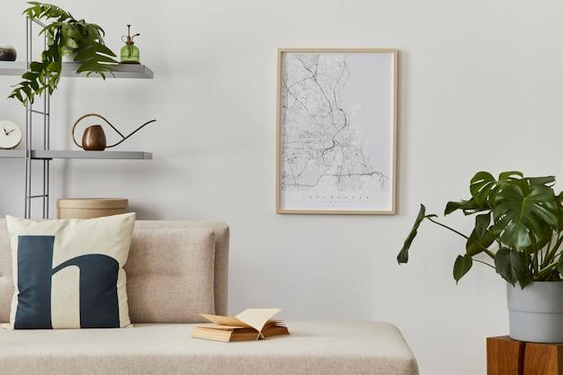 スタイリッシュなソファ、デザイン家具、本棚、植物、装飾、地図、エレガントな個人用アクセサリーを備えたスカンジナビアのインテリア。クラシックな家の中立的なリビング ルーム..