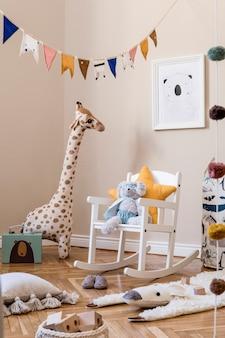 현대적인 가정 장식의 모의 사진 프레임 장난감과 액세서리를 갖춘 스칸디나비아 보육 인테리어