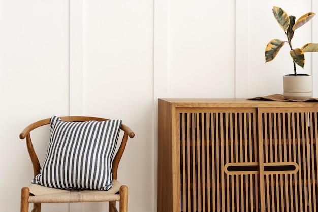 의자가있는 스칸디나비아 스타일 찬장