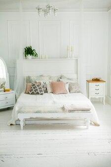 ベッドの上に枕と北欧スタイルの白い寝室