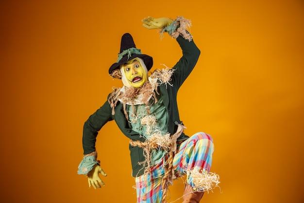 노란색 벽에 축제 junina에서 허수아비 캐릭터