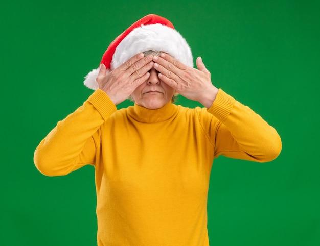 Испуганная пожилая женщина в новогодней шапке c