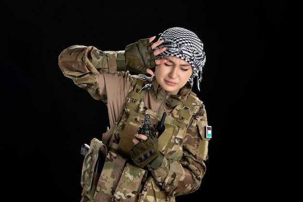 수류탄 검은 벽으로 군복을 입은 무서워 여성 군인