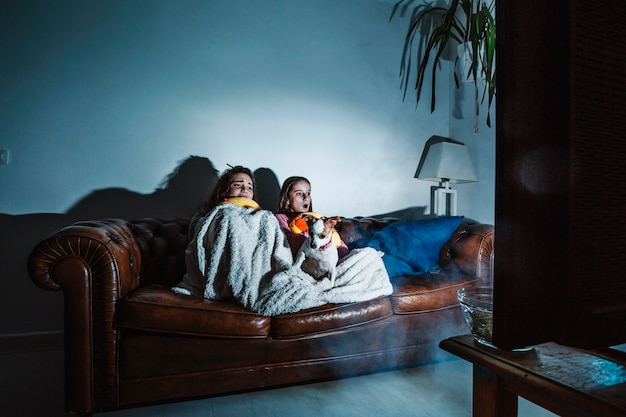 Bambini spaventati che guardano film horror