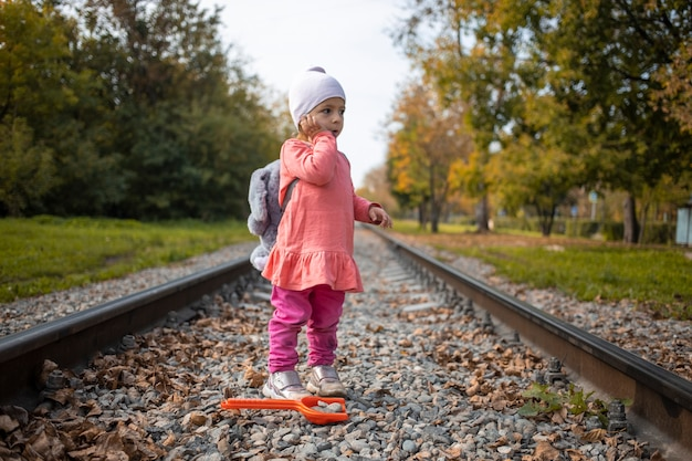 철도 트랙에서 길을 잃은 겁 먹은 외로운 아이