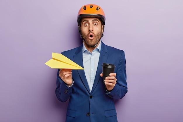 安全ヘルメットの怖い男性技術者はomg式で見つめます