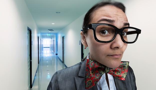 怖いオフィスの女の子