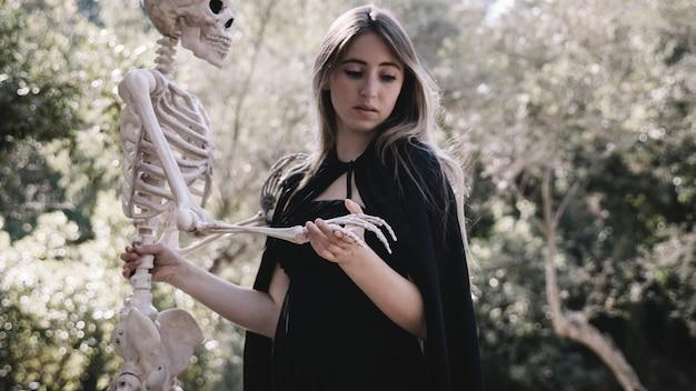 Испуганная женщина в одежде мастера с каркасом