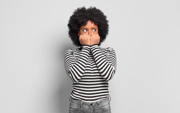 怖い若いきれいな黒人女性