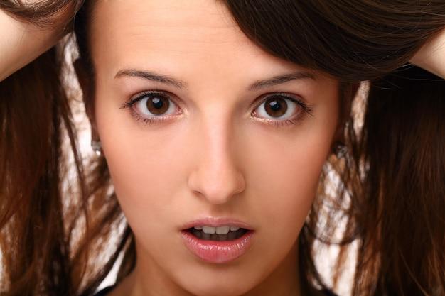 Испуганная молодая женщина