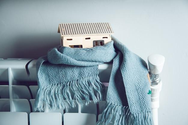 Шарф и домик на системе отопления