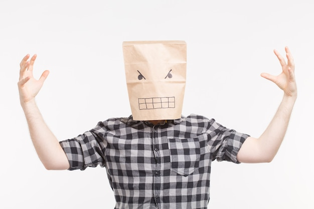 彼の頭の上の怒っている紙袋で怖い男