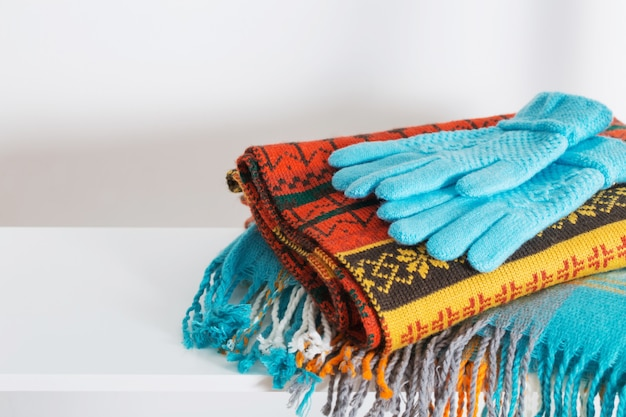 スカーフと手袋の白い木製の棚