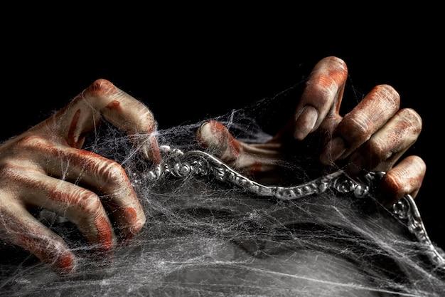 鏡の上の怖い女性ゾンビの手
