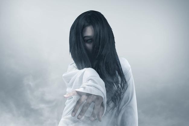 안개 할로윈 개념에 크롤 링하는 무서운 유령 여자