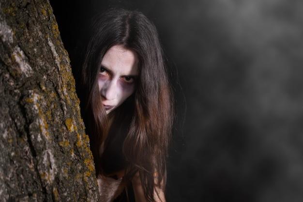 Страшная женщина-призрак, тема хэллоуина