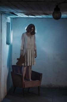 Страшная девушка в белом платье из фильма ужасов в комнате