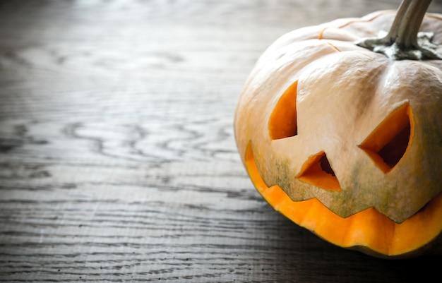 Страшная резная тыква на хэллоуин